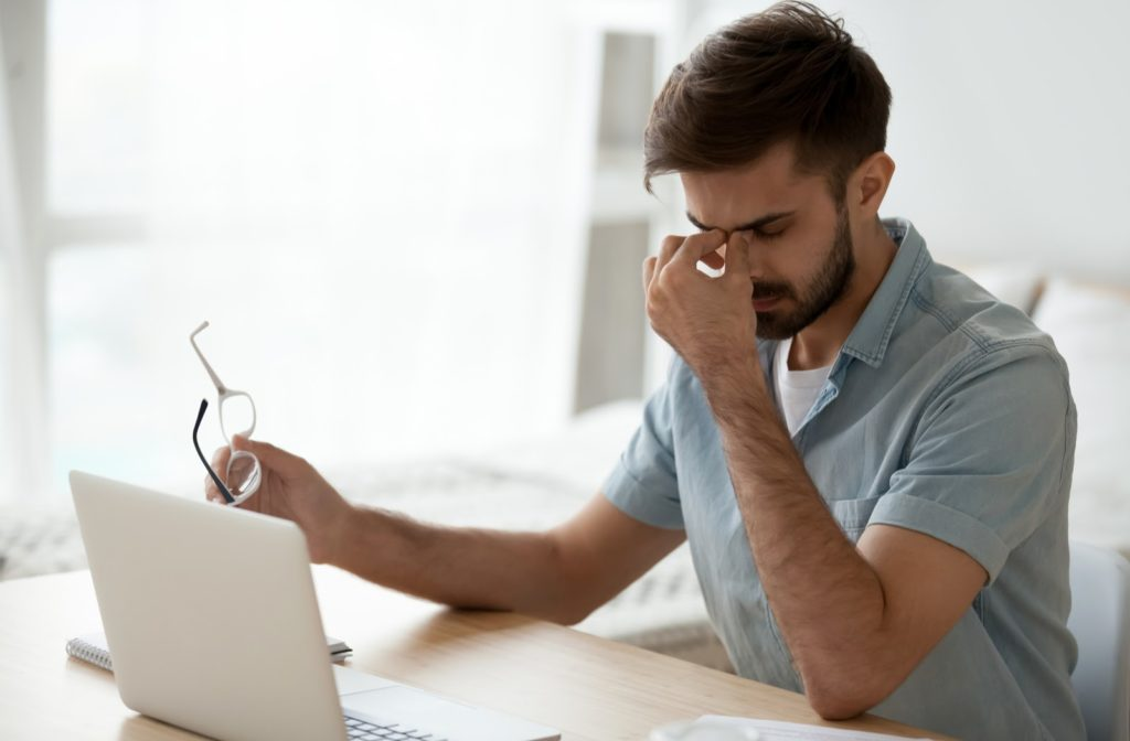Man experiencing dry when using laptop